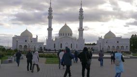 Witte Moskee Tatarstan, Bulgaars Toerist die lopen aan stock video