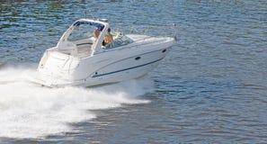 Witte motorboot bij hoogte van de zomer stock fotografie