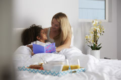 Witte mum en de zwarte dochter bekijken elkaar, volledige lengte stock afbeelding