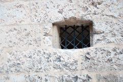 Witte muur en klein venster royalty-vrije stock afbeeldingen