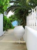 Witte muur en vaas, de manier aan het strand stock afbeelding
