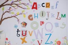 Witte muur met brieven in kinderenruimte stock afbeeldingen