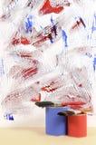 Witte muur met onordelijke blauwe en rode verf Royalty-vrije Stock Fotografie
