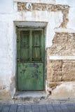 Witte muur met textuur, groene houten deur Royalty-vrije Stock Foto