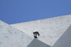 Witte muur tegen Blauwe hemel Royalty-vrije Stock Afbeelding