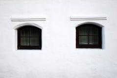 Witte muur, zwarte vensters Royalty-vrije Stock Afbeeldingen