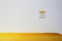 Witte muurcontactdoos en geel poeder Stock Illustratie
