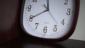 Witte muurklok De ovale muurklok toont 11:40 Tijd Stock Foto's