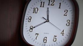 Witte muurklok De ovale muurklok toont 11:40 Tijd Stock Afbeeldingen