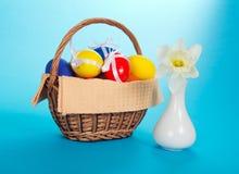 Witte narcissen in ceramische vaas en eieren Royalty-vrije Stock Afbeeldingen