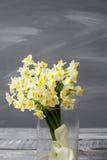 Witte narcissen De lentebloem op retro lijst Modieus bureau Plaats voor ingangen Plaats voor de inschrijving Boeket Stock Fotografie