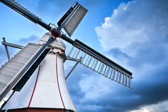 Witte Nederlandse windmolen over blauwe hemel Stock Fotografie