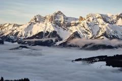 Witte nevelige de ochtendmening van de de winterberg royalty-vrije stock fotografie
