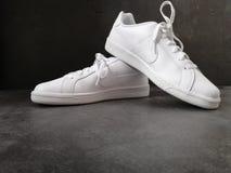 Witte nike schoenen stock fotografie