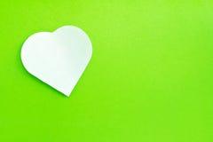 Witte nota in bijlage op groene achtergrond Royalty-vrije Stock Afbeelding
