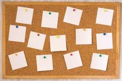 Witte nota's die aan cork boa worden gespeld Stock Fotografie