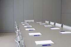 Witte notitieboekjes die op een grijze lijst voor negotia leggen Stock Foto