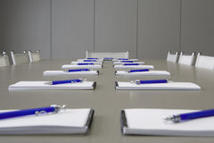 Witte notitieboekjes die op een grijze lijst voor negotia leggen Royalty-vrije Stock Afbeeldingen
