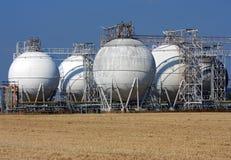 Witte olietanks en landbouwgebied Stock Afbeelding