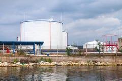 Witte olietanks op de kust van de Zwarte Zee in de haven van Varna Stock Fotografie