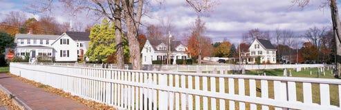 Witte omheining en huizen Royalty-vrije Stock Fotografie