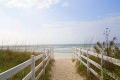 Witte omheining en strandachtergrond Royalty-vrije Stock Foto