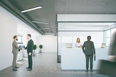 Witte ontvangst dichtbij een conferentieruimte, mensen Stock Afbeeldingen