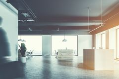 Witte ontvangst in een wit bureau, bedrijfsmensen Stock Foto