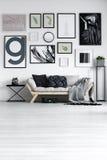 Witte ontworpen zitkamer royalty-vrije stock foto