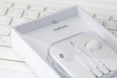 Witte oortelefoon op witte laptop computer Royalty-vrije Stock Afbeelding