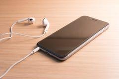 Witte oortelefoons en smartphone Stock Afbeeldingen