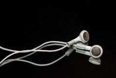 Witte oortelefoons op zwarte Royalty-vrije Stock Foto