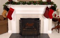 Witte open haard die voor Kerstmis wordt verfraaid Stock Foto's