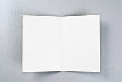 Witte open kaart over zilveren achtergrond Stock Afbeeldingen