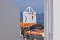 Witte oude kerk door het overzees Stock Foto's