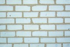 Witte oude langzaam verdwenen bakstenenachtergrond met gebreken en spleten royalty-vrije stock afbeelding