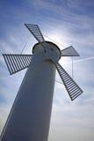 Witte oude vuurtorenwindmolen in Swinoujscie, Polen Stock Foto's