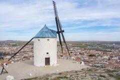 Witte oude windmolen op de heuvel dichtbij Consuegra Stock Foto's
