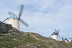 Witte oude windmolens op de heuvel dichtbij Consuegra Royalty-vrije Stock Foto's