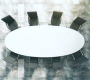 Witte ovale conferentielijst met zwarte leerstoelen op concret Royalty-vrije Stock Fotografie
