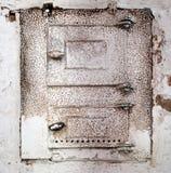 Witte ovenmuur, verkoold teken Oude ovendeur Het weggaan van het deurgat, met baksteen wordt gevuld die royalty-vrije stock afbeelding
