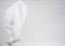Witte overhemdenstof die, studioschot, sjaalmotie vliegen Royalty-vrije Stock Foto's