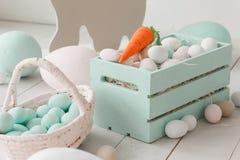 Witte paaseieren in geschilderde houten doos stock afbeelding