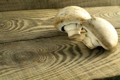 Witte paddestoelenchampignons op een houten lijst Stock Fotografie