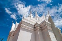 Witte pagode met blauwe hemelachtergrond Stock Foto
