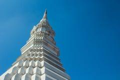Witte pagode op blauwe hemel, Wat Paknam, Thailand stock afbeeldingen