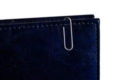 Witte paperclip op blauw notitieboekje Stock Afbeeldingen