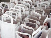 Witte papieren zakken in rijen Stock Foto's