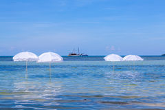 Witte paraplu op de zomer tropisch strand Royalty-vrije Stock Foto