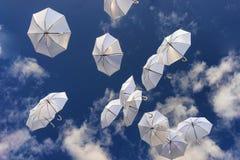 Witte paraplu's in de blauwe hemel Stock Foto